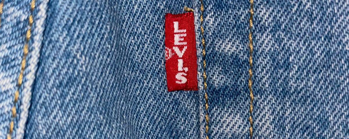 Rotes Fähnchen als Markenzeichen der Levi´s Jeans