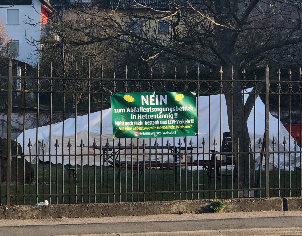Plakat am Gartenzaun gegen den Bau des ReFood-Werks